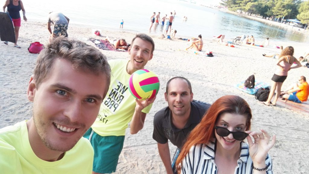 Celý tým na pláži. Juchů!